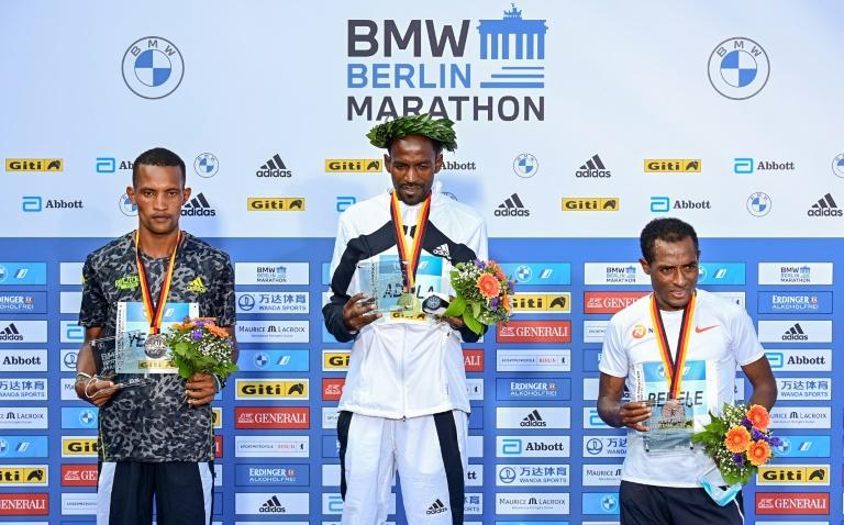 Le podium du marathon de Berlin avec le Kényan Bethwel Yegon (2e), le vainqueur éthiopien Guye Adola et son compatriote Kenenisa Bekele, le 26 septembre 2021