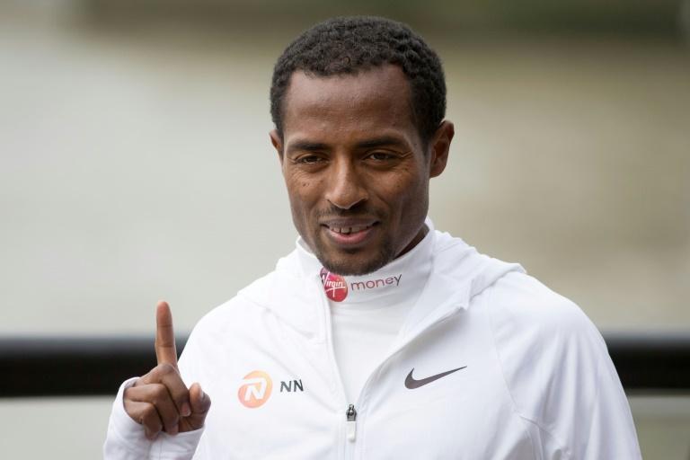 L'Ethiopien Kenenisa Bekele pose pour une séance photo, le 20 avril 2017, trois jours avant de participer au marathon de Londres