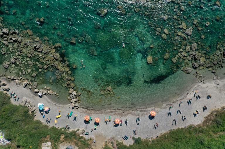 Vue aérienne le 12 juillet 2021 de la plage de Kallmet, en Albanie