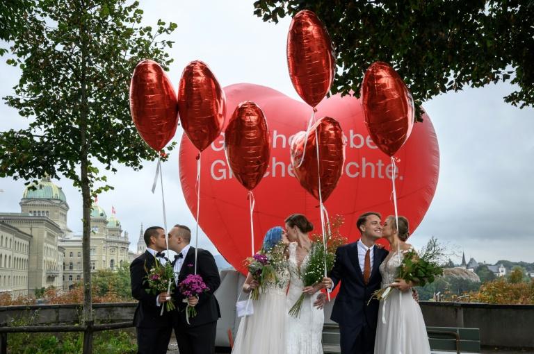 Des couples s'embrassent à Berne à l'occasion du référendum pour ouvrir le mariage aux couples de même sexe, le 26 septembre 2021