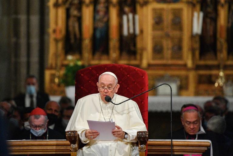 Le pape François fait une déclaration à la cathédrale Saint Martin de Bratislava, le 13 septembre 2021 en Slovaquie