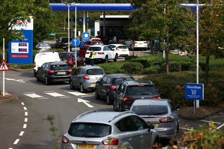 Des véhicules font la queue pour faire le plein d'essence à une station-service à Camberley (Royaume-Uni), près de Londres, le 26 septembre 2021