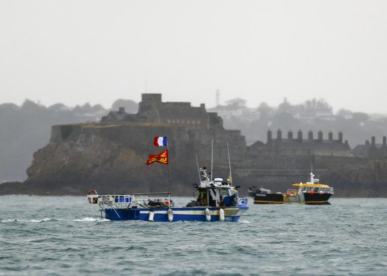 Des pêcheurs français manifestent à l'entrée du port de Saint-Hélier à Jersey en Angleterre, le 6 mai 2021, pour alerter sur les restrictions de pêche dans les eaux anglaises suite au Brexit