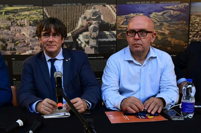 L'ex-président de Catalogne et eurodéputé Carles Puigdemont (G) et son avocat Gonzalo Boye avant une conférence de presse à Alghero (Sardaigne), le 25 septembre 2021