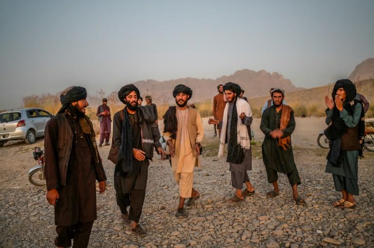 Des talibans chantent et dansent dans le district d'Arghandab, près de Kandahar, le 23 septembre 2021 dans le sud de l'Afghanistan