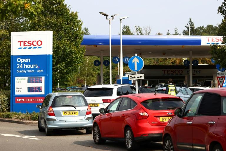 File d'attente devant une station-service à Camberley, près de Londres, le 26 septembre 2021