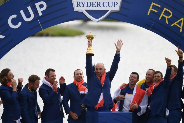 Le capitaine de l'équipe d'Europe de Ryder Cup Thomas Bjorn soulève le trophée de la 42e édition remportée à Saint-Quentin-en-Yvelines, près de Paris, le 30 septembre 2018