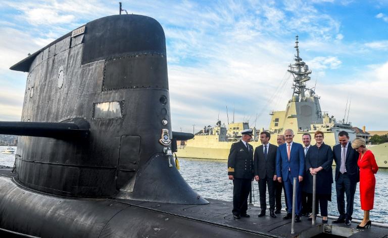 Le président français Emmanuel Macron (2e g) et le Premier ministre australien Malcolm Turnbull (c) sur le pont du sous-marin australien HMAS Waller, le 2 mai 2018 à Sydney