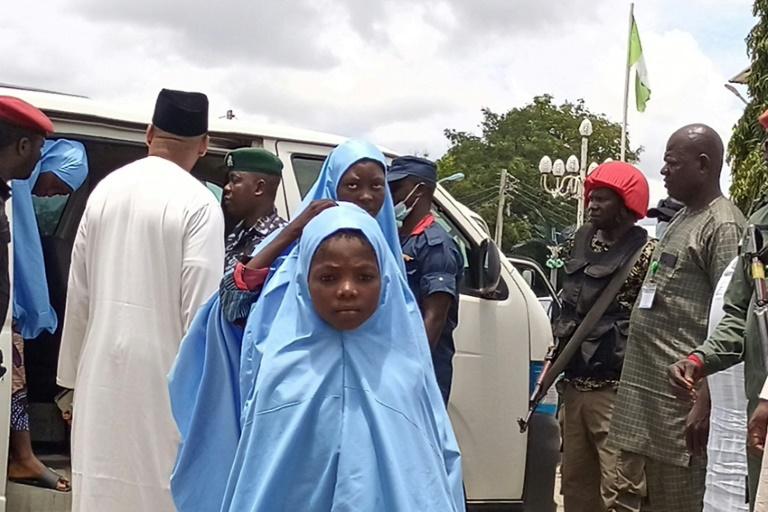 Des élèves enlevés fin mai retrouvent leurs familles après leur libération le 27 août 2021 à Minna, au Nigeria.