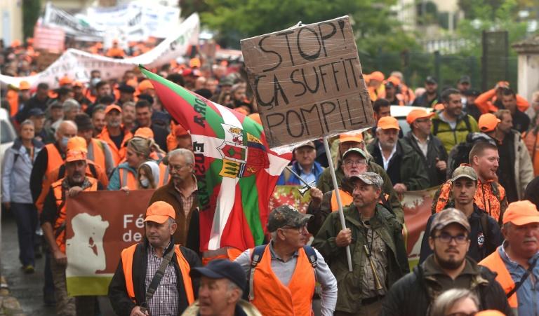 Des chasseurs interpellent la ministre Barbara Pompili le 18 septembre 2021 à Mont-de-Marsan