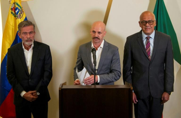 Le directeur du Centre pour la résolution des conflits (NOREF), le Norvégien Dag Nylander (c), le chef de ladélégation du gouvernement vénézuélien Jorge Rodriguez (d) et le chef de la délégation de l'opposition vénézuélienne Gerardo Blyde Perez (g), le 27 septembre 2021 à Mexico