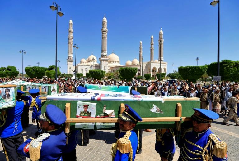 Les forces loyales aux rebelles houthis du Yémen portent les cercueils des combattants tués lors de combats avec les troupes gouvernementales soutenues par les Saoudiens dans la région de Marib, lors de funérailles de masse à la mosquée al-Saleh de la capitale Sanaa, le 27 septembre 2021