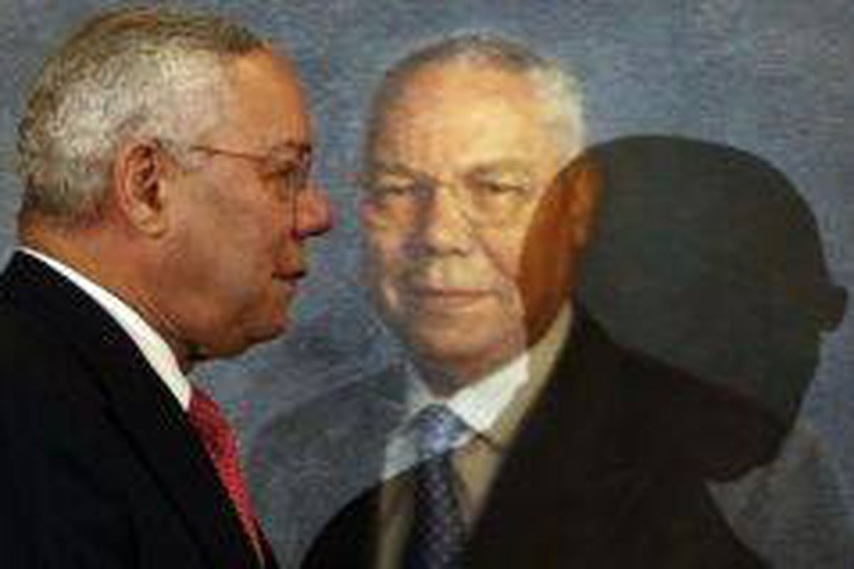 <p/>Colin Powell passant devant son portrait au département d'Etat