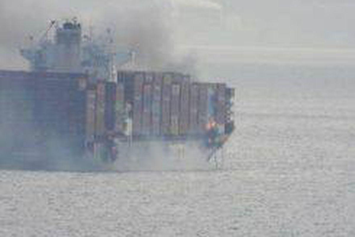 <p/>De la fumée s'échappe du porte-conteneurs Zim Kingston, au large de la cô                 </div>             </div>          </div>                   <div class=