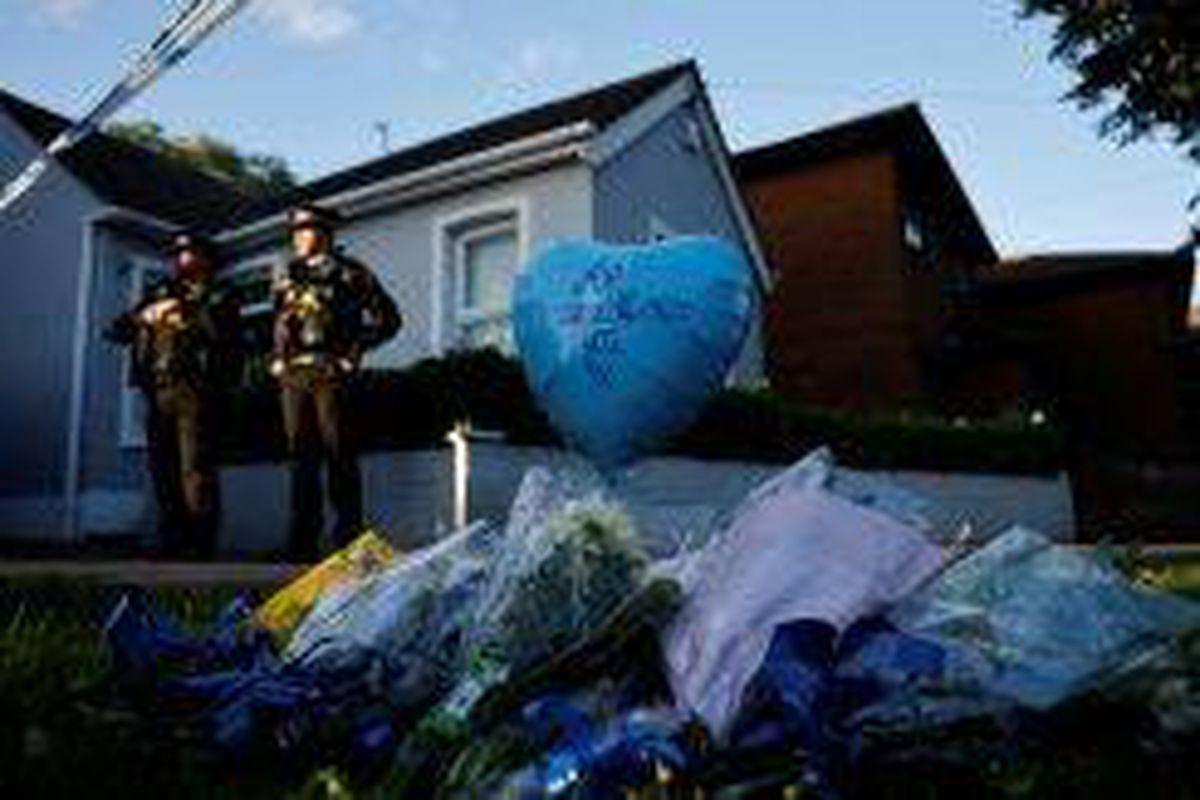 <p/>Des hommages sont placés près du lieu de l'aggression à l'arme blanche, t                 </div>             </div>          </div>                   <div class=
