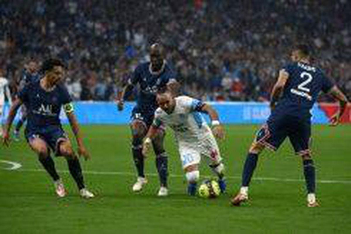 <p/>Le meneur de jeu marseillais Dimitri Payet est stoppé par la défense du P                 </div>             </div>          </div>                   <div class=