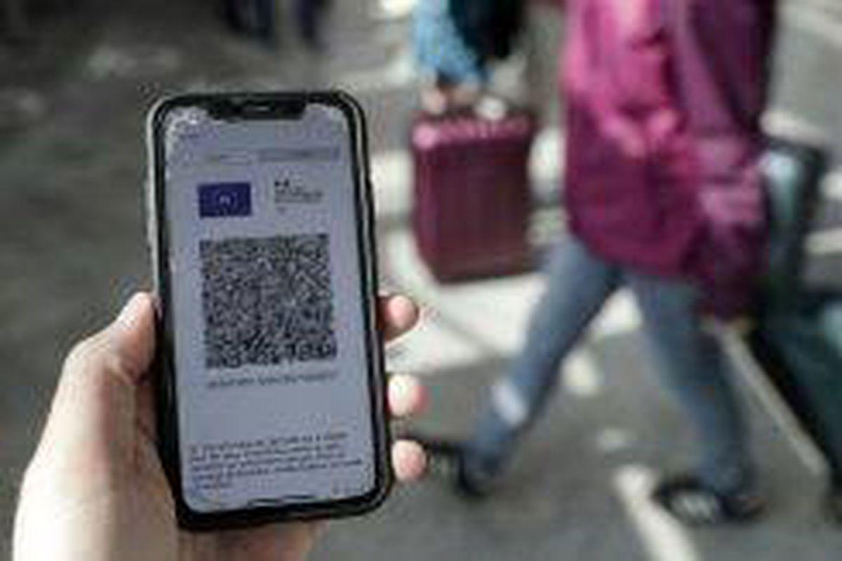 <p/>Un voyageur montre son pass sanitaire à la gare de Lyon à Paris le 9 août                 </div>             </div>          </div>                   <div class=